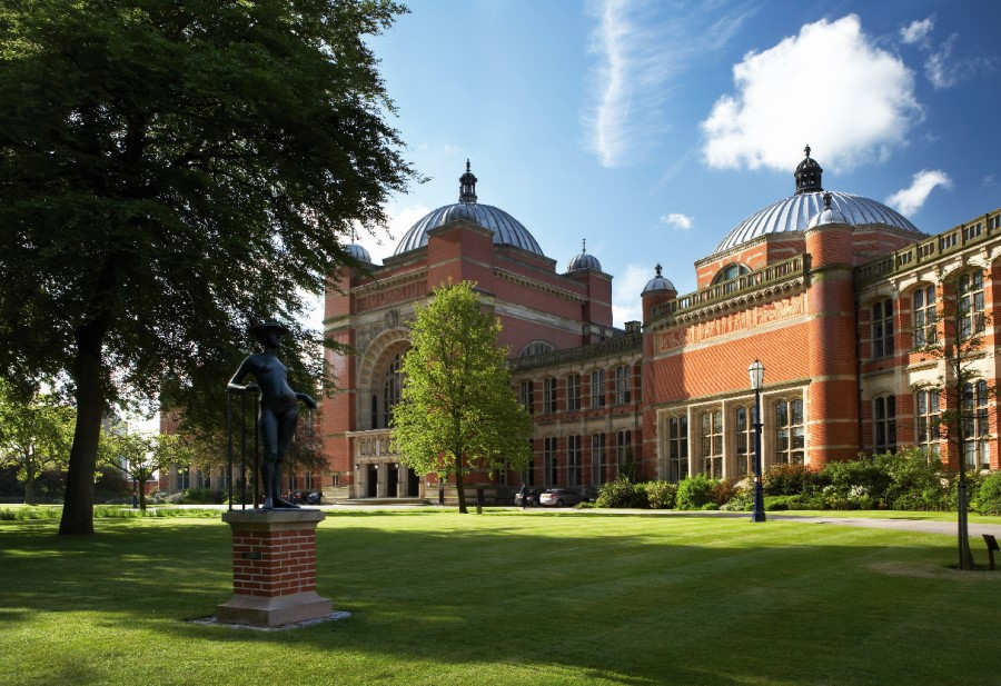 An image of Aston Webb building at the University of Birmingham